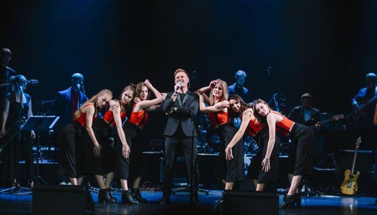 Foto: Ar ovācijām un dejām 20 gadu skatuves jubileju nosvinējis Jānis Stībelis