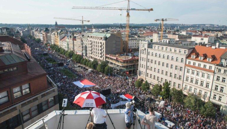Массовые протесты против власти в Праге - десятки тысяч требуют отставки премьера