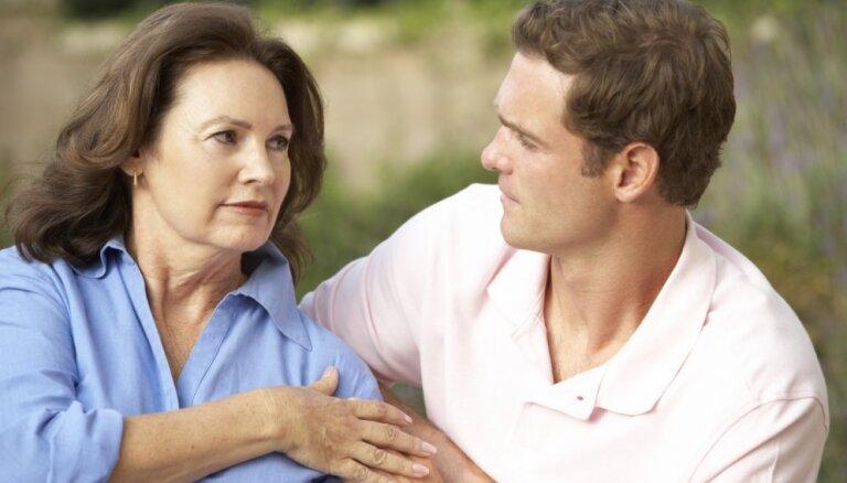Мнение: матери не должны душить сыновей своей гиперопекой