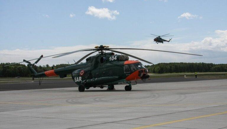 Mediķi ar helikopteru dodas glābt koka šķilas caururbtu vīrieti