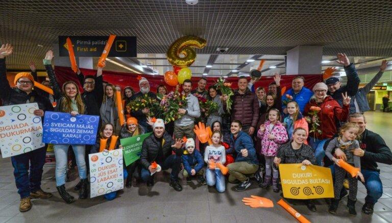 Foto: Dukurus svinīgi pavada Vankūverā un līksmi sagaida Latvijā