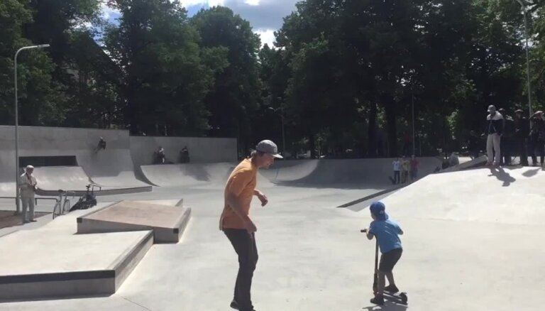 Video: 'Welcome' - Ušakovs skubina iemēģināt Latvijā lielāko skeitparku Miera dārzā