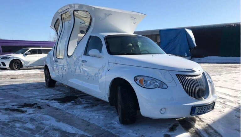 Foto: Pārdošanā Baltijā nonākusi pretrunīgi vērtētā kariete uz 'Chrysler' bāzes