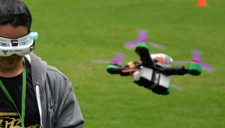 Britu salās par atomzemūdenes izsekošanu aiztur vīrieti ar dronu