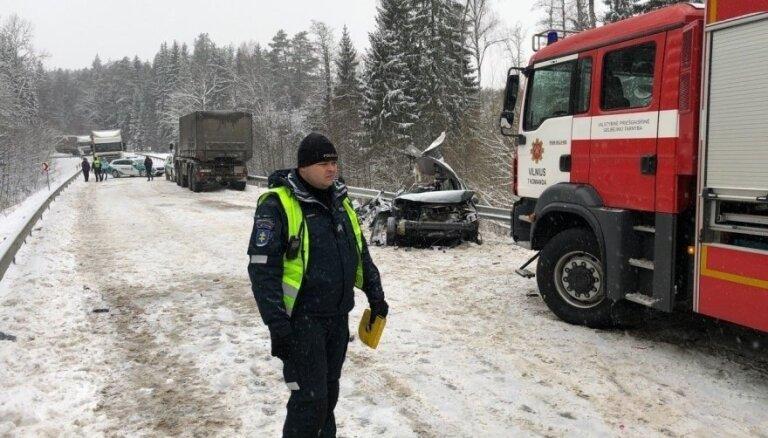 Под Вильнюсом столкнулись легковушка и грузовик НАТО: погибли молодые женщины