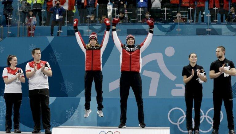 Kanādas duets kļūst par pirmajiem olimpiskajiem čempioniem kērlingā jauktajiem pāriem