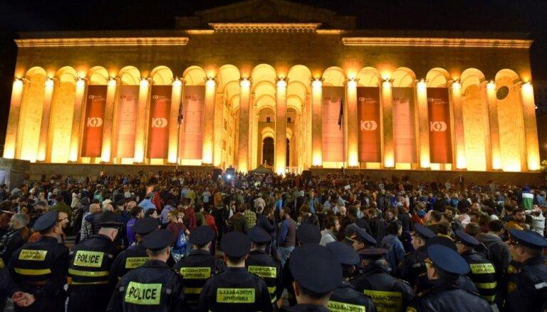Protesti Gruzijā: pretnarkotiku reidus atbalsta arī galēji labējie aktīvisti