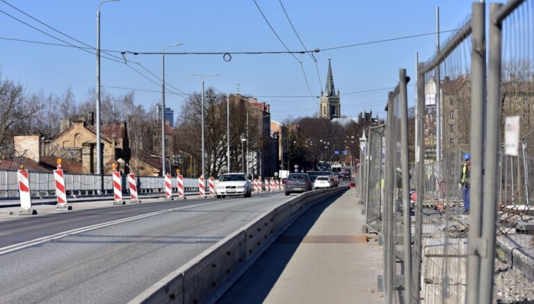 Atklāj bojājumus Deglava tilta balstos; Rīgas dome aptur būvdarbus