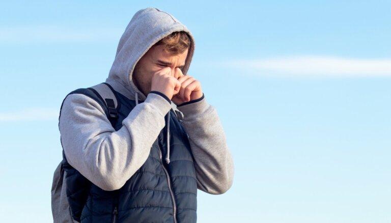 Septiņi biežākie iemesli asarojošām un sūrstošām acīm