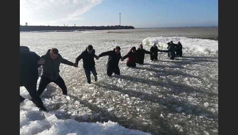 ВИДЕО: В Клайпеде очевидцы спасли двух женщин с детьми, которые провалились под лед