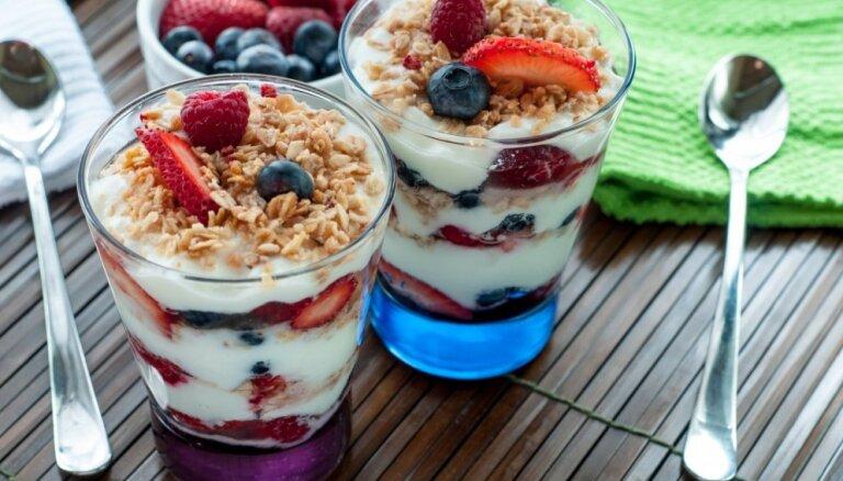 Viegli un gaisīgi jogurta deserti: 14 receptes vasarīgiem kārumiem