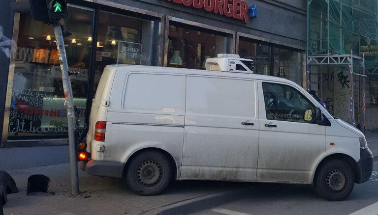 Foto: Rīgā busiņš atpakaļgaitā ieripo luksoforā