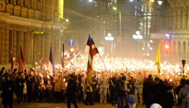 Drošības policija izvērtē svastikas karogu parādīšanos 18. novembra lāpu gājienā
