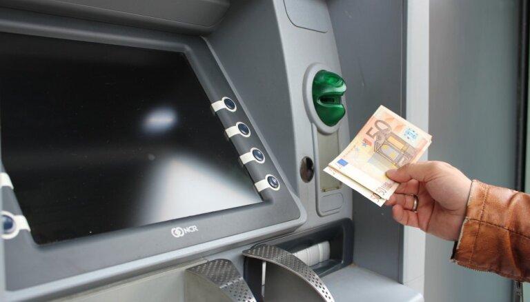 Опрос: большинство жителей Латвии пользуются услугами четырех банков