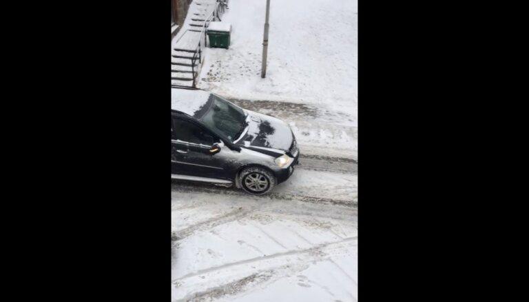 ВИДЕО: Mercedes тащит за собой фуру по скользкой улице