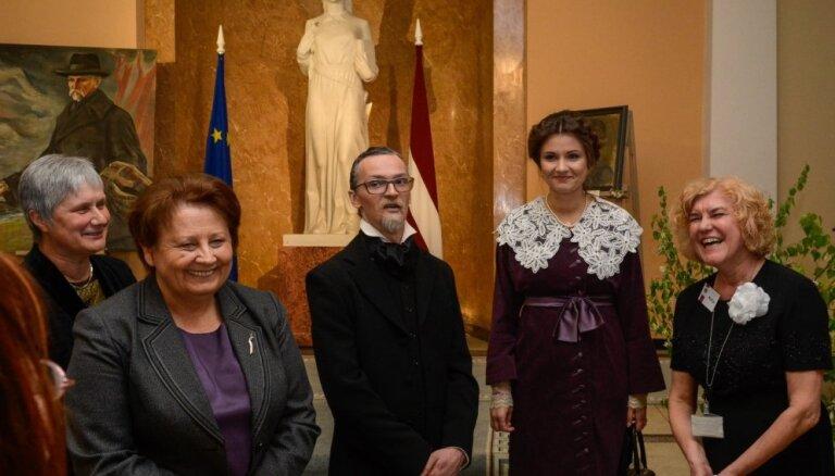 Foto: Tūkstošiem interesentu Aspazijas un Raiņa zīmē bauda Muzeju nakti
