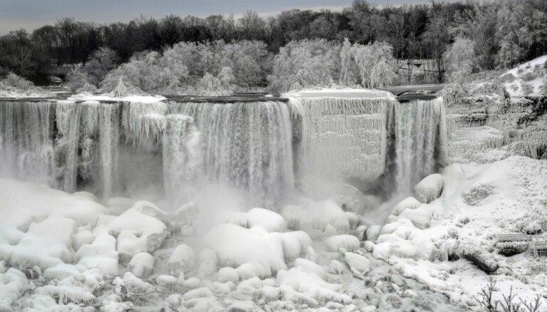 Завораживающие ФОТО: В США замерз Ниагарский водопад