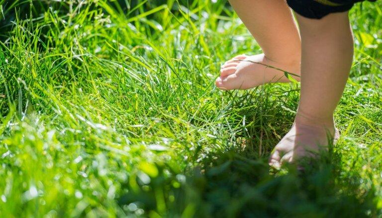 Kāpēc bērnam jāļauj skraidīt basām kājām – bērnu ķirurga ieteikumi