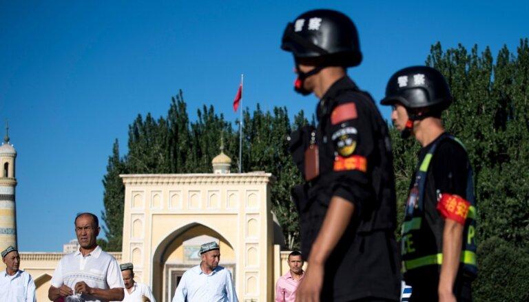 Ķīna slēgtās nometnēs ar varu pāraudzina gandrīz trīs miljonus uiguru