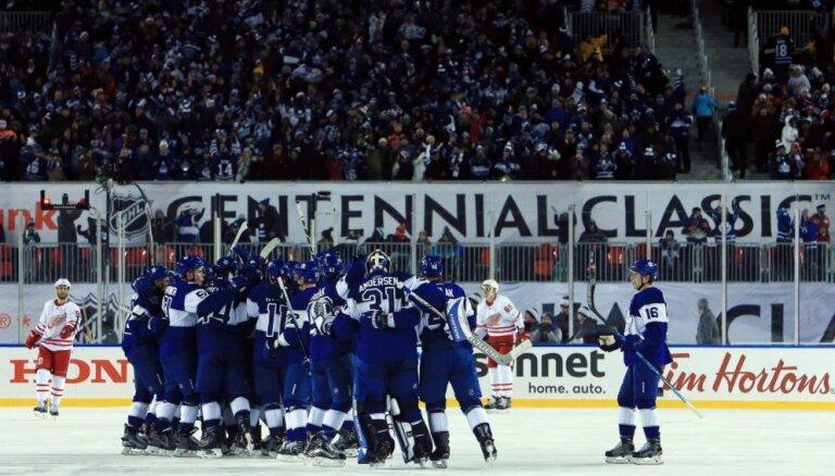'Maple Leafs' dramatiski uzvar brīvdabas spēlē 40 000 skatītāju priekšā