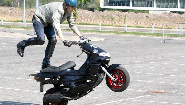 Mopēda vadīšanas eksāmens notiks ceļu satiksmē; cenu dubultos