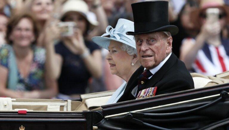 97-летний супруг королевы Елизаветы II принц Филипп попал в автомобильную аварию