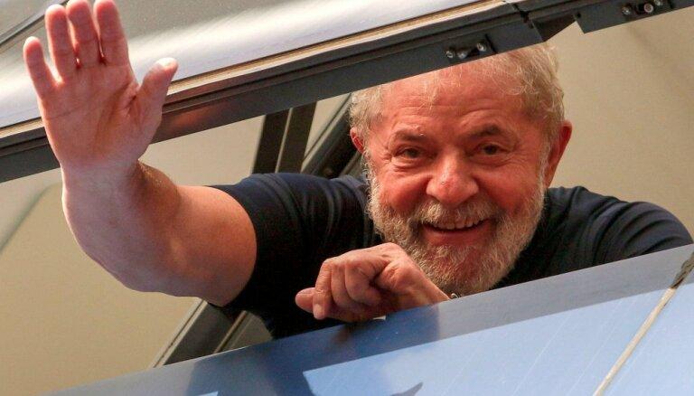 Brazīlijā populārākais prezidenta amata kandidāts sēž aiz restēm