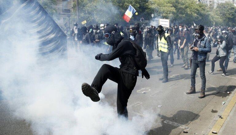 Parīzē Darba svētku protestos arestēti vairāk nekā 200 cilvēku