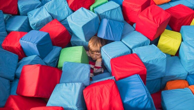 Noturēt karotīti vai paspert dažus soļus – lielie sasniegumi smagi slimu bērnu rehabilitācijā