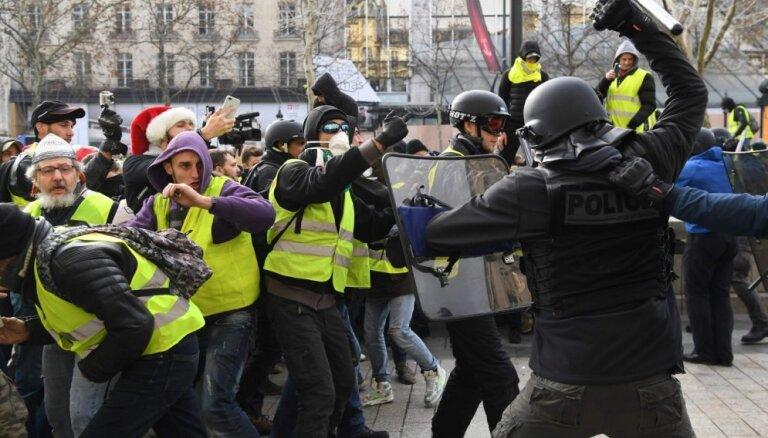 'Dzelteno vestu' protestos sestdien Francijā aizturēti 1723 cilvēki