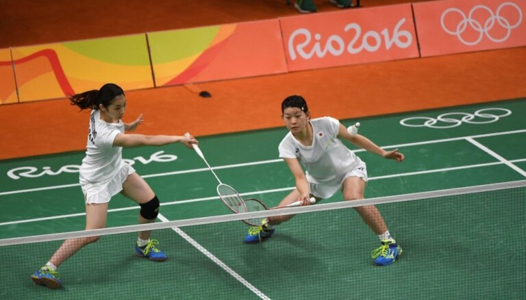 Japānietes triumfē olimpiskajā dubultspēles turnīrā badmintonā