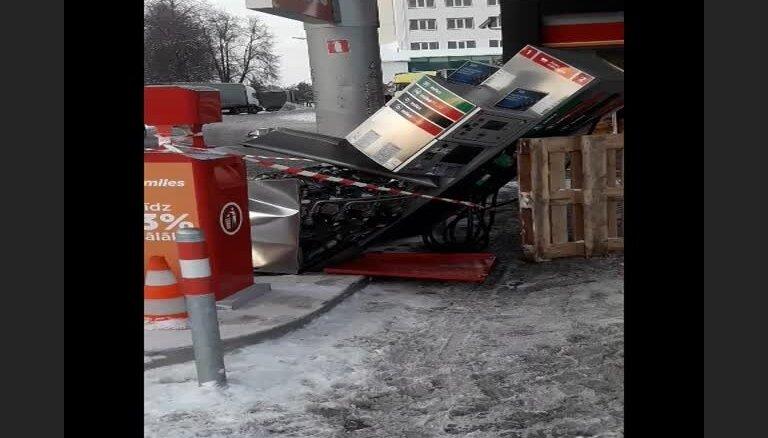 Foto: Smagais auto Berģu 'Circle K' nolauž degvielas sūkni