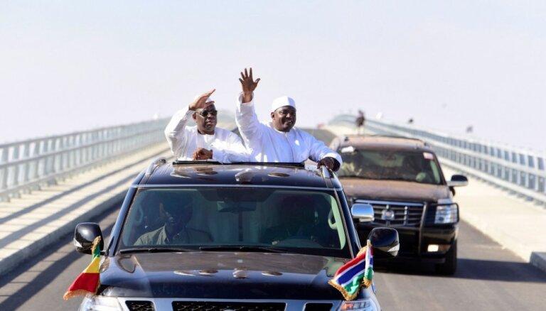 Foto: Senegālas un Gambijas prezidenti auto kravas kastē draudzīgi atklāj tiltu