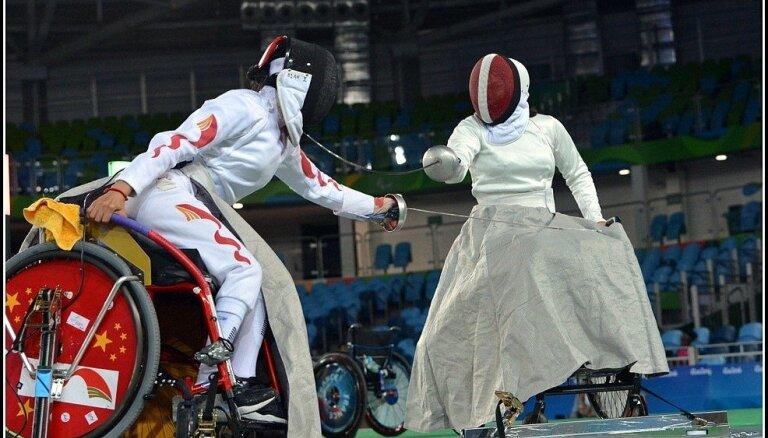 Ratiņpaukotāja Rožkova zaudē četros no pieciem dueļiem un paliek bez paralimpisko spēļu ceturtdaļfināla