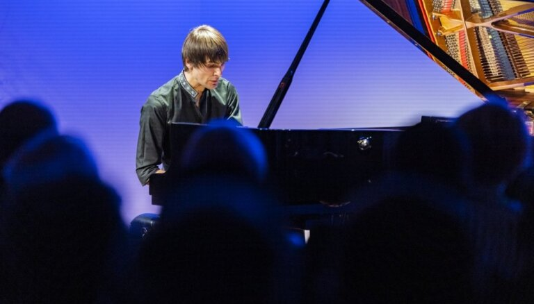 Liepājas Simfoniskais orķestris un Vestards Šimkus muzicēs Rundāles pilī