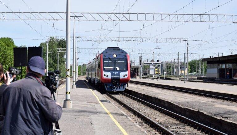 Palielina sodu par braukšanu vilcienā bez biļetes; pērn noķerti 666 'zaķi'
