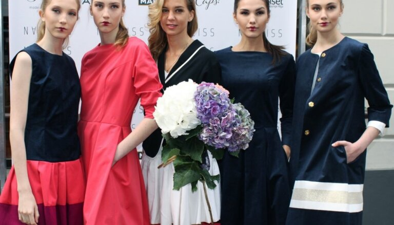 Белые платья, полоска и элегантность. Narciss показал экономичную вторую линию одежды