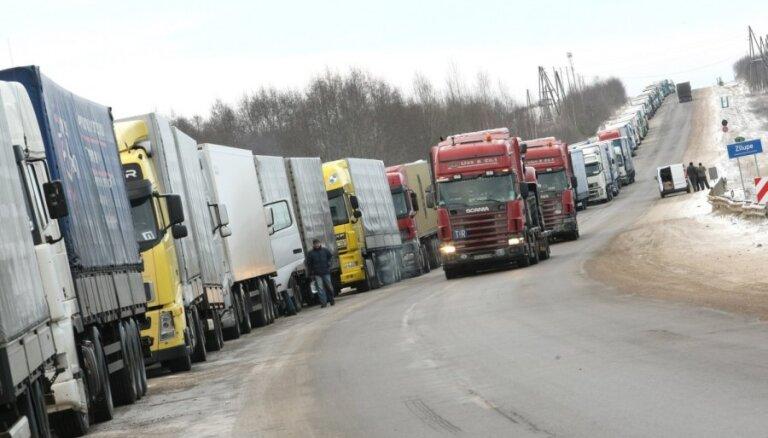 Таможня предупреждает об очередях грузовиков на латвийско-российской границе