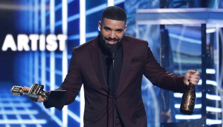 'Billboard' mūzikas balvu ceremonijā laurus plūc reperis Dreiks