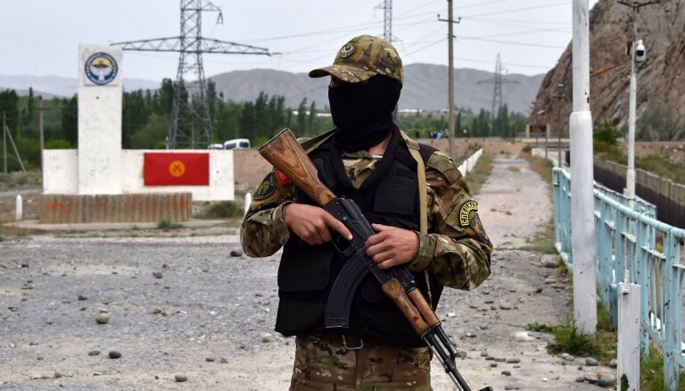 Apšaudē starp tadžikiem un kirgīziem uz robežas nošauts Kirgizstānas robežsargs
