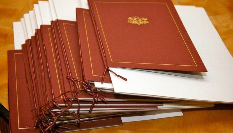 Jaunie pilsoņi atzinīgi novērtē naturalizācijas pārbaudījumus, vēsta IeM