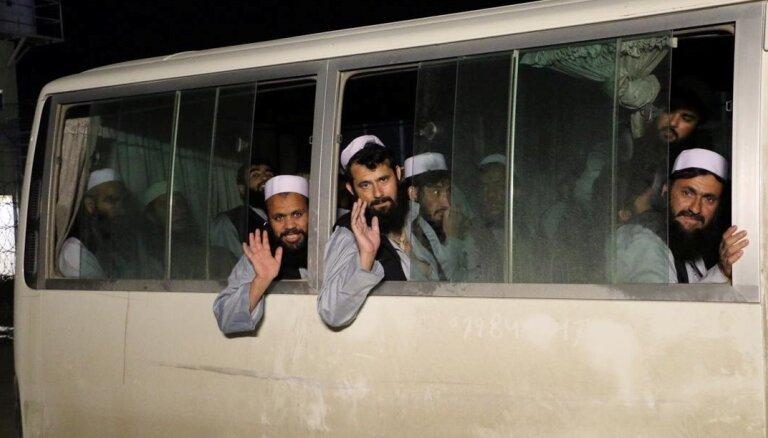 Afganistāna atbrīvojusi no ieslodzījuma vairāk nekā 900 talibus