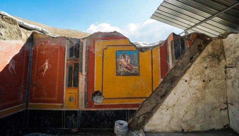 Pompejos atrod laika zoba saudzētu Narcisa fresku