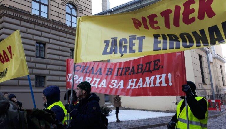 РЕПОРТАЖ: Возле здания Сейма проходит пикет за проведение внеочередных выборов