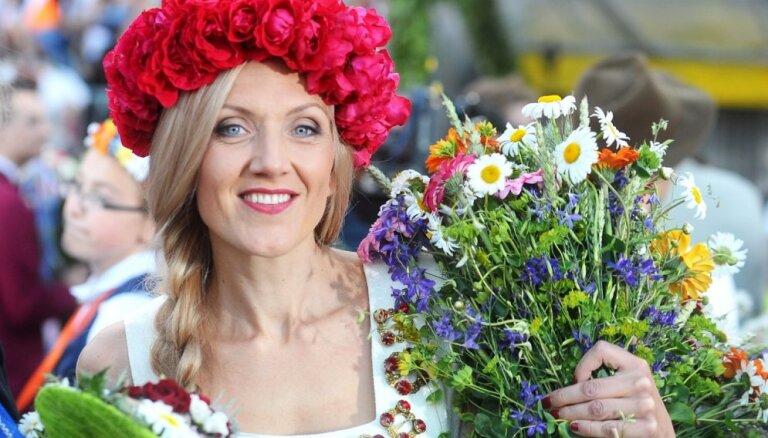 Foto: Kā slaveni latvieši Dziesmu svētkiem pucējās