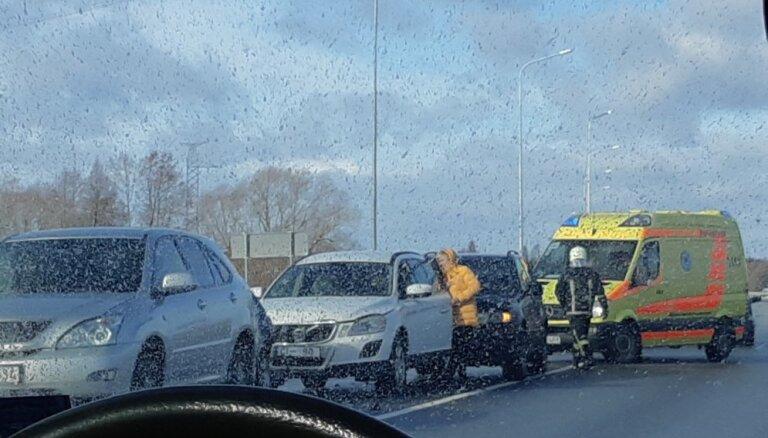 Foto: Uz tilta pār Lielupi saskrējušās četras automašīnas
