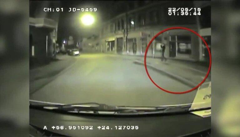 Rīgas centrā aiztur automašīnas spoguļu zagļus