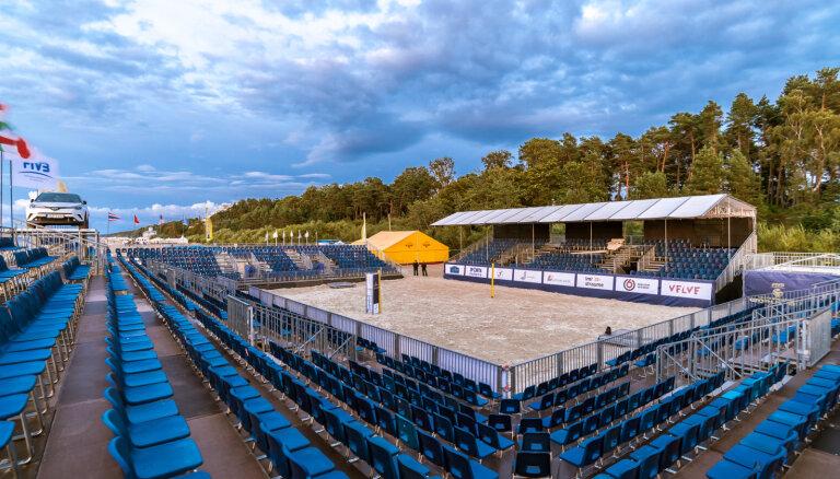 ФОТО: На пляже в Майори строят стадион для пляжного волейбола на 2000 мест