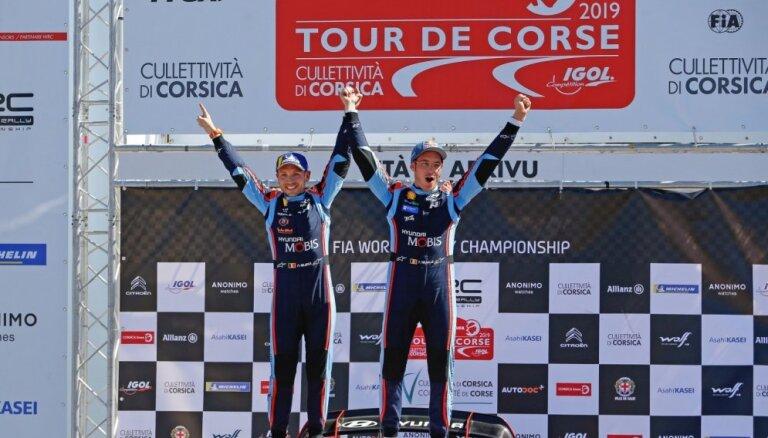 Nevils pēc Evansa neveiksmes triumfē WRC posmā Korsikā