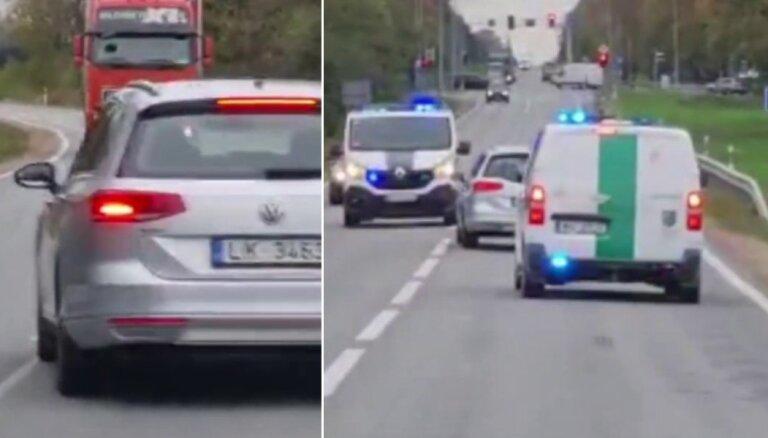 """ВИДЕО. Странный Volkswagen в Сигулде: движется зигзагами и опасно выезжает на """"встречку"""""""